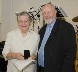 Isabelle Kearsley accepts her medal from Moderator Rev Dr David Pitman. Photo by Osker Lau